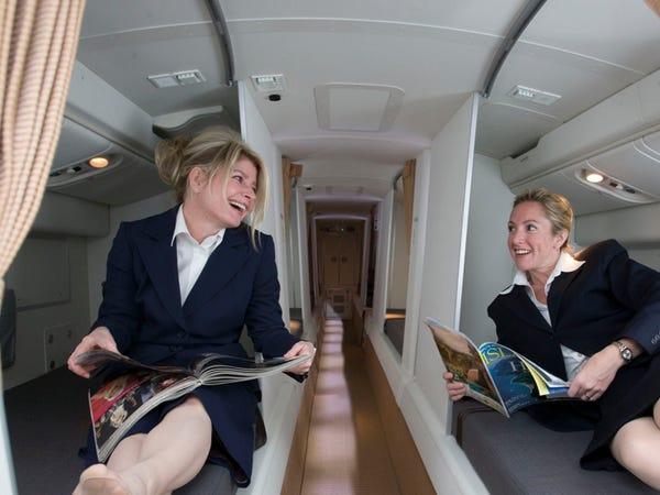 Trên các chuyến bay đường dài, tiếp viên đều có những căn buồng bí mật để nghỉ ngơi. Nó có thể nằm phía trên, hoặc phía dưới chỗ ngồi của hành khách. Trên những chuyến bay dài, rất có thể chúng tôi đang nằm ngủ phía trên, hoặc bên dưới bạn. Ảnh: Insider