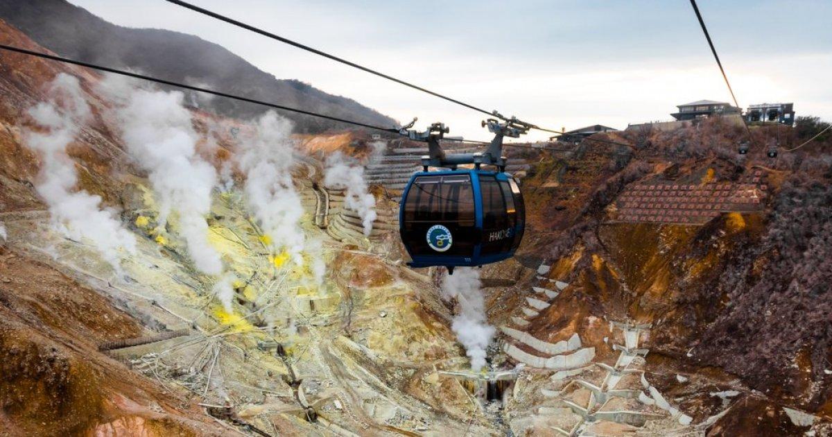 Cáp treo đưa du khách lên cao với tầm nhìn bao quát cả thung lũng với những cột khí lưu huỳnh liên tục phun ra những lớp sương mỏng tạo cảm giác như một chuyến dạo chơi dưới địa ngục. Ảnh: Japan Travel