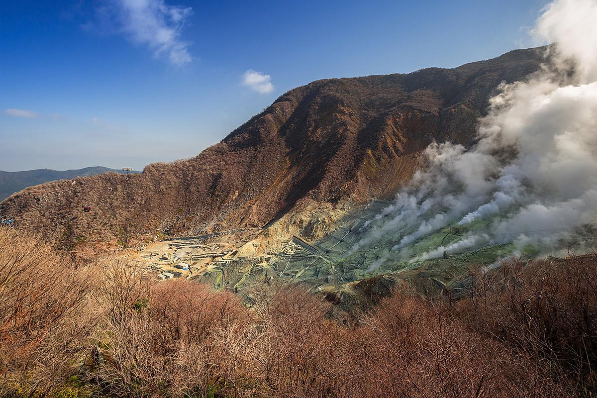 Vô số hơi nước bốc lên qua các lỗ thông hơi rải rác quanh đỉnh Hakone, và mùi lưu huỳnh nhắc nhở du khách rằng đang bước trên một ngọn núi lửa còn hoạt động. Ảnh: Hoshino Resorts Magazine