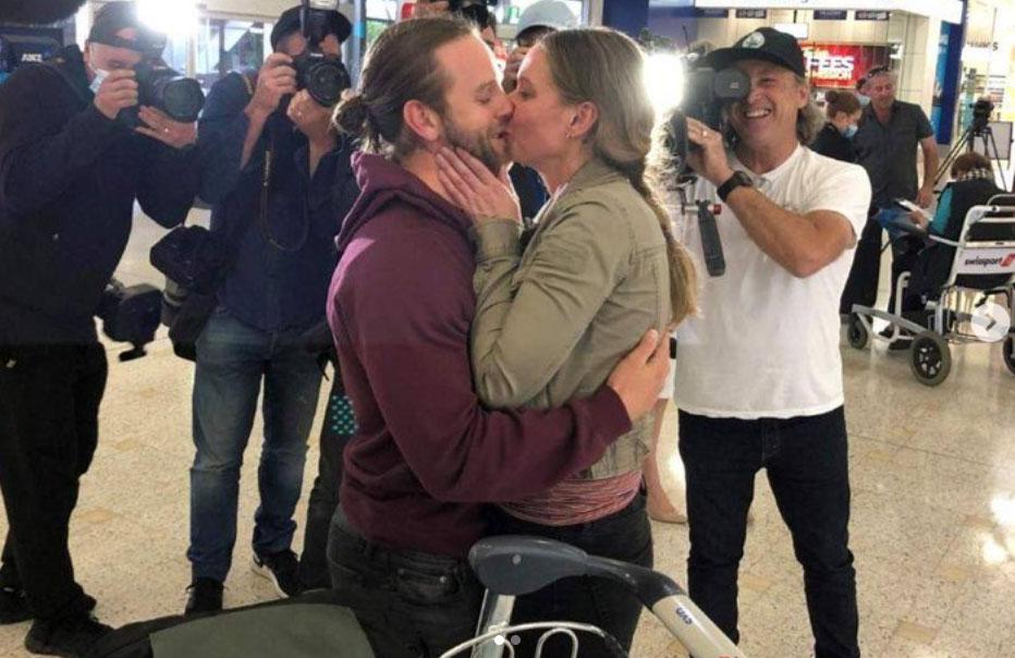 Nhiều người đã gửi lời chúc mừng cho các cặp đôi, gia đình đã phải sống xa cách nhau trong đại dịch. Nhìn cảnh tượng các cặp đôi ôm chầm lấy nhau, hôn nhau tại sân bay và nước mắt vẫn chảy, tôi tưởng mình đang lạc vào bộ phim Love, Actually (Yêu thật sự  - một bộ phim nổi tiếng của Hollywood năm 2003). Thật cảm động. Ảnh: ABC News