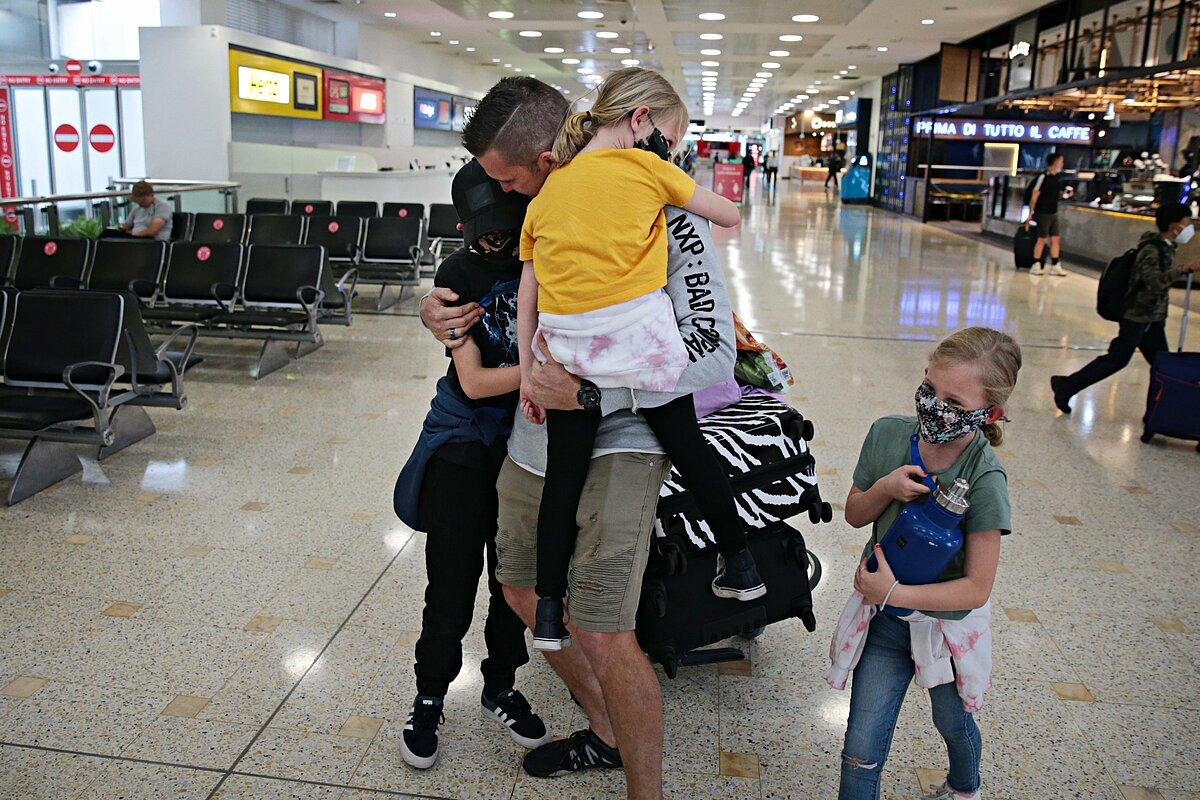 Một gia đình đoàn tụ tại sân bay. Ảnh: The Australia