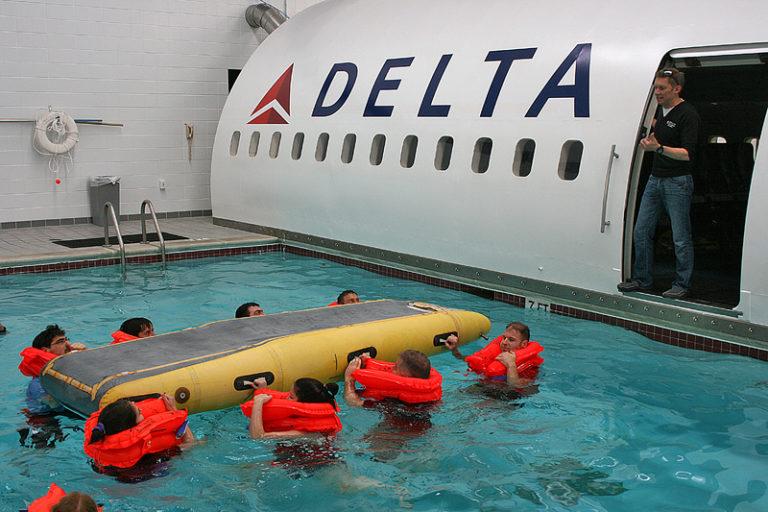 Mọi người phải học bơi và trèo lên phao thoát hiểm. Tôi không nghĩ việc trèo lên phao cứu sinh lại khó đến thế, một học viên nói. Ảnh: Brian Cohen
