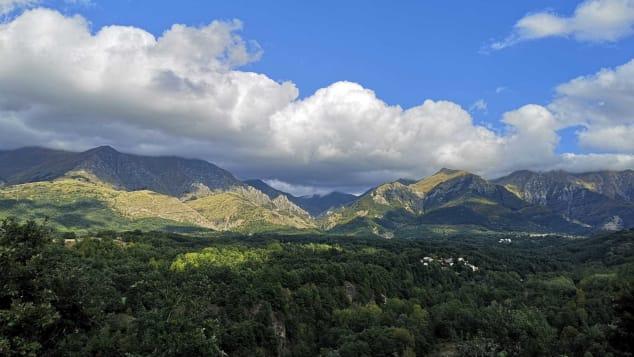 Thị trấn được bao phủ bởi những ngọn núi và cây cối xanh tươi. Ảnh: CNN