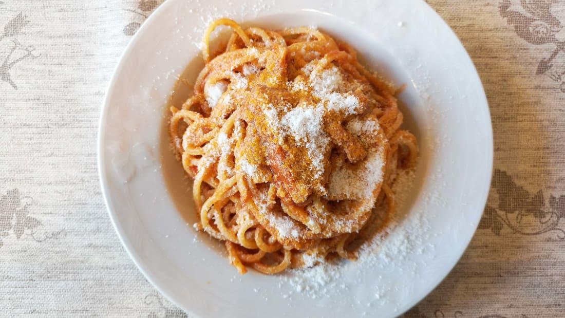 Amatriciana, nước sốt cà chua ngọt, đặc sánh guanciale (một loại thịt xông khói có hương vị đặc biệt từ má lợn), và đủ sức làm ấm thực khách bằng tiêu hoặc ớt, cùng phô mai pecorino. Ảnh: CNN
