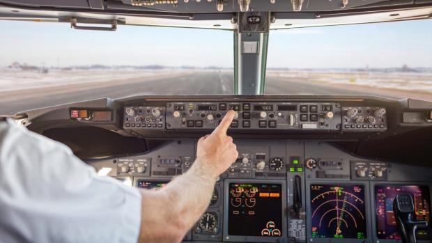 Việc phi công ngất đột ngột khi đang bay và tiếp viên lái hộ dường như chỉ xuất hiện trong các bộ phim hành động của Hollywood. Ảnh: Traveller