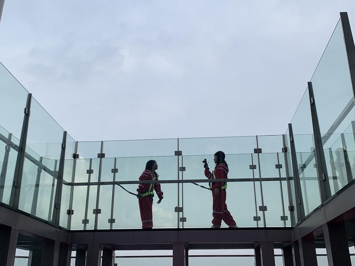 Du khách trải nghiệm, khám phá TP HCM từ cầu kính của tòa nhà Landmark 81. Ảnh: Nguyễn Nam