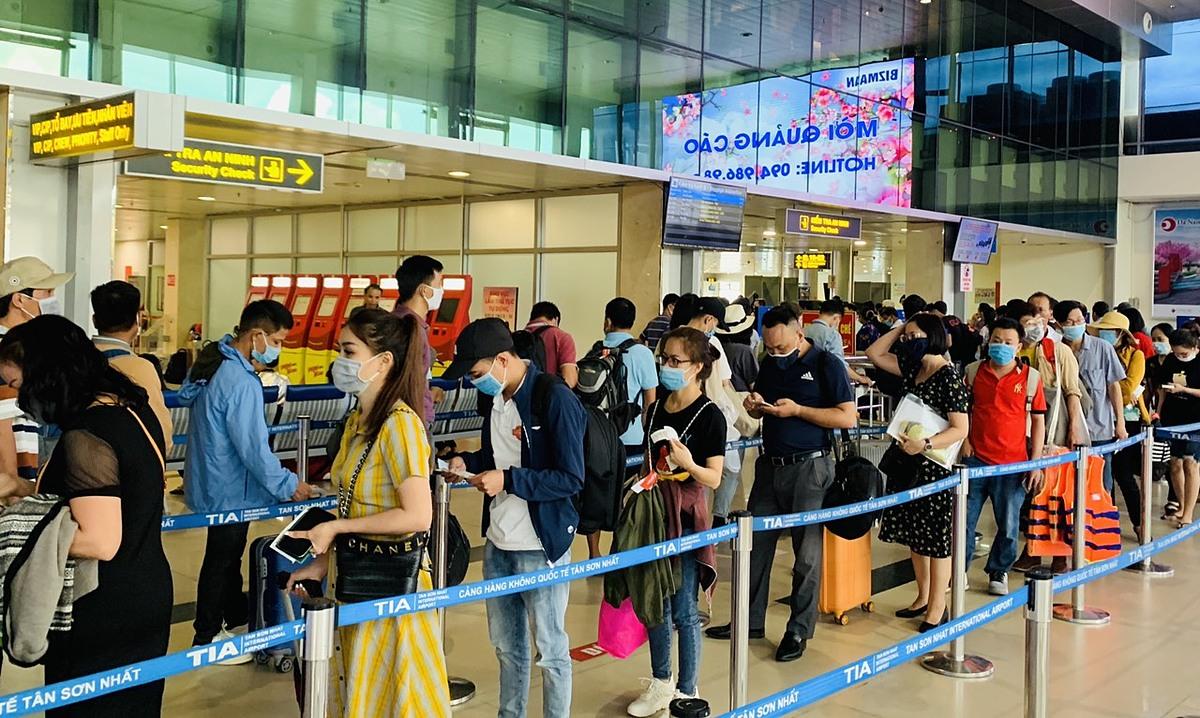 Thời gian qua, Việt Nam không xuất hiện ca lây nhiễm trong cộng đồng. Vì thế, lượng du khách đi lại bằng đường hàng không cũng đang tăng. Ảnh: Nguyễn Nam