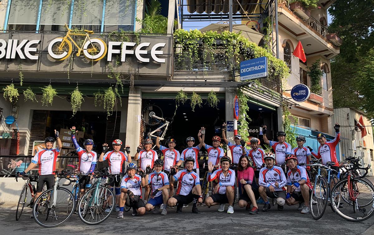 Quán cà phê của Phúc được mọi người gọi là cộng đồng những người mê xe đạp. Họ đến đây để chia sẽ kiến thức về các dòng xe, kỹ thuật sữa xe, cách chăm sóc phục vụ khách trên đường đạp. Trên quãng đường 60-80km, làm thế nào để có sức đạp tiếp trong thời tiết mưa hoặc nắng nóng bất thường, là một trong những vấn đề mà các hướng dẫn viên và kỹ thuật viên như anh Toàn hết sức quan tâm.