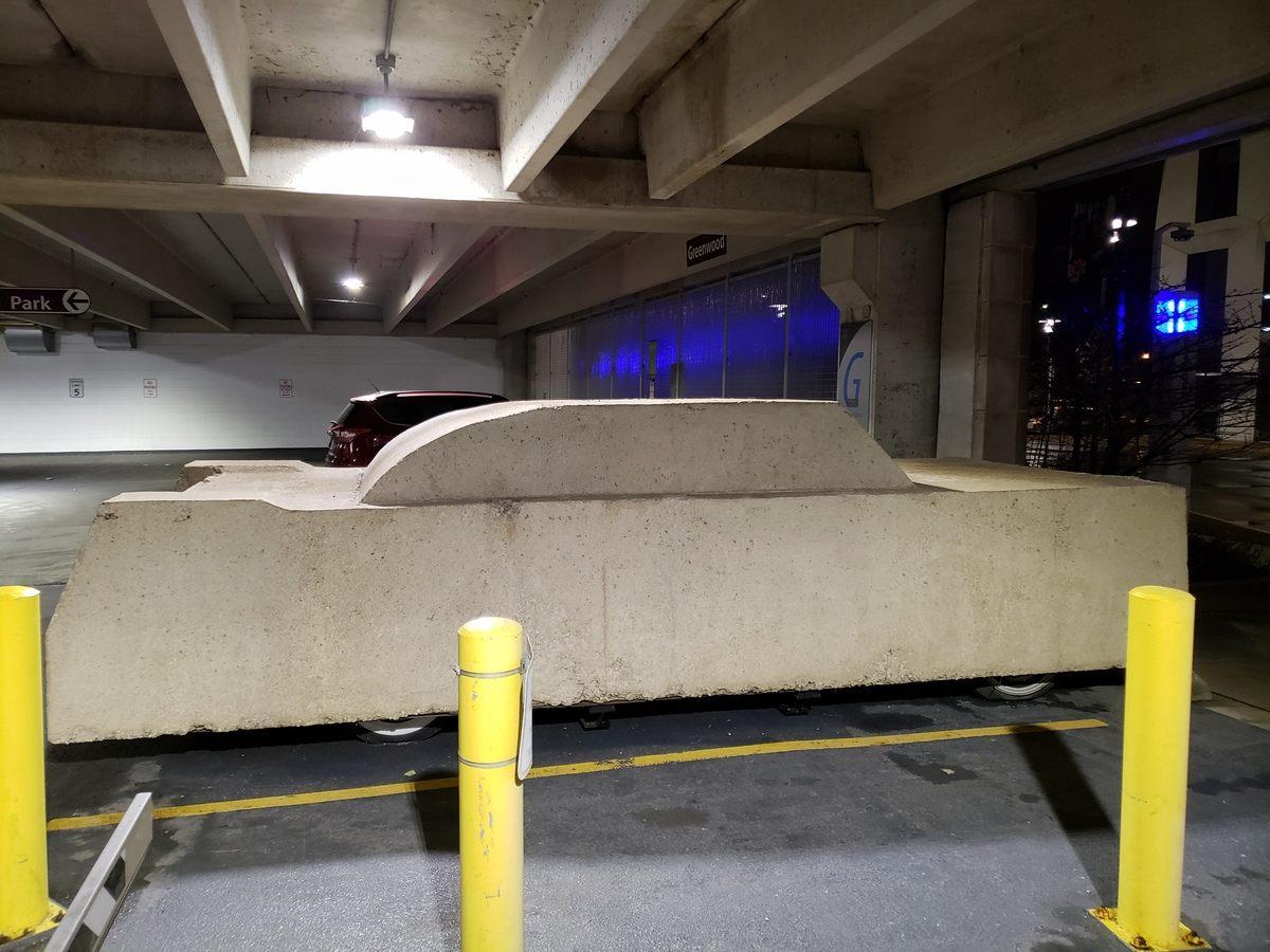 Bạn cần hỏi thăm bảo vệ hoặc những sinh viên để tìm ra vị trí của chiếc Cadillac cổ bọc bê tông ngày nay. Ảnh: D Palmer 01