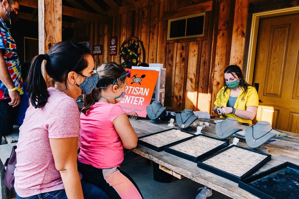 Khách mang đá quý đào được đến Trung tâm nghệ nhân, nơi các thợ thủ công chế tác đá quý, để bán ở Herkimer Diamond Mine. Ảnh: Nina Westervelt/New York Times