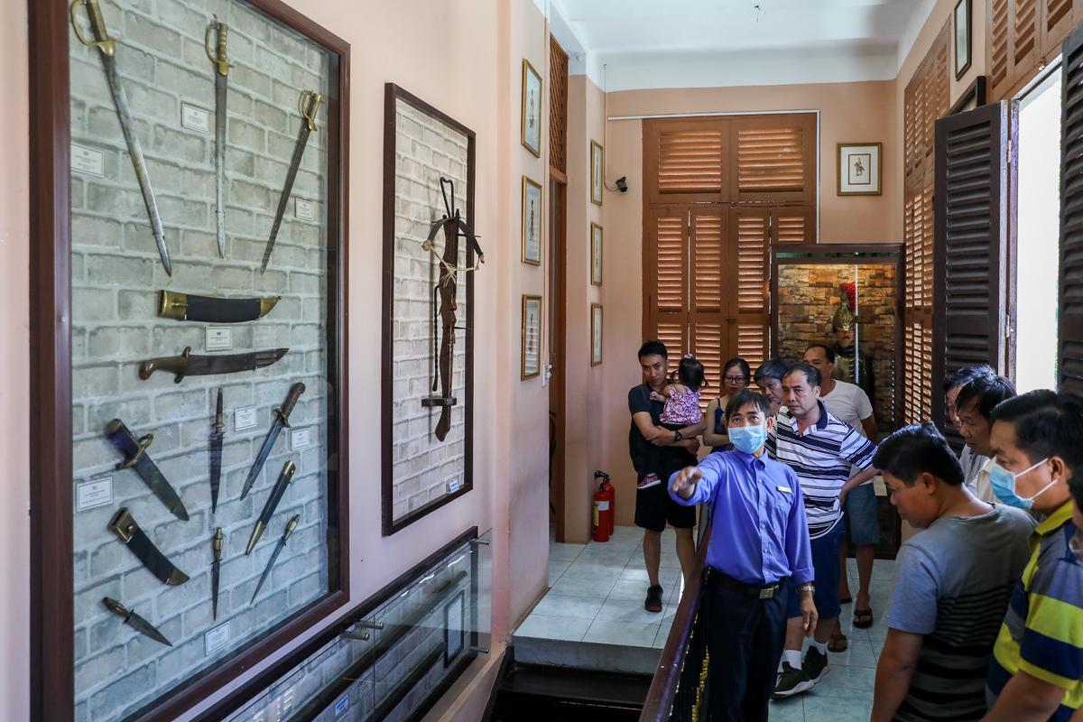Các điểm tham quan ở Vũng Tàu cũng đón lượng khách tham quan nhiều hơn vào dịp cuối tuần. Trong ảnh, du khách tham quan bảo tàng vũ khí Vũng Tàu. Ảnh: Quỳnh Trần