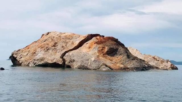 Hòn đá bị vỡ thuộc khu vực đảo Koh Talu. Ảnh: Nation Thailand