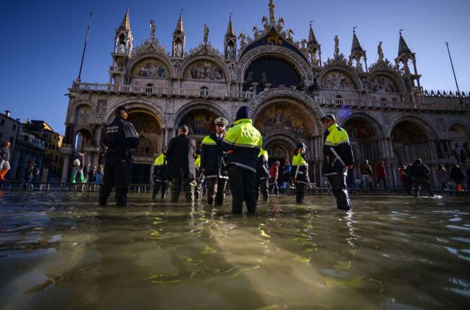 Lụt lội khiến vương cung thánh đường St Mark phải đóng cửa hồi tháng 11/2019. Ảnh: Filippo Monteforte/AFP