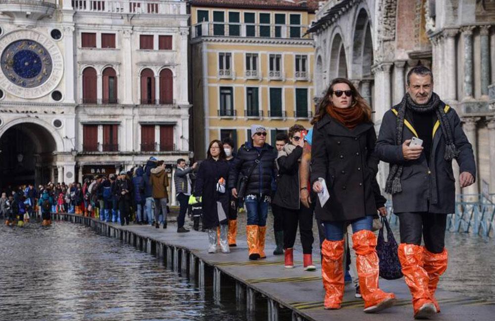 Du khách mua các đôi ủng để đi trong nước với giá 10 euro. Trên ảnh là cảnh ngập lụt tại quảng trường St Mark hồi tháng 11/2019. Ảnh: AFP