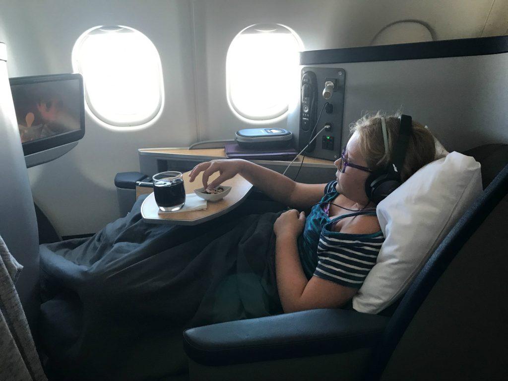 Trên máy bay, hành khách phải tuân thủ quy định về chỗ ngồi và an toàn bay. Ảnh: The Talking Suitcase