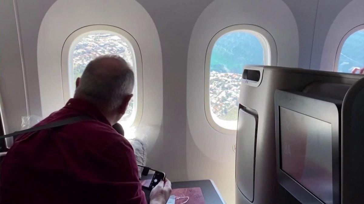 Hành khách trên chuyến bay ngắm cảnh của Qantas. Ảnh: CNN