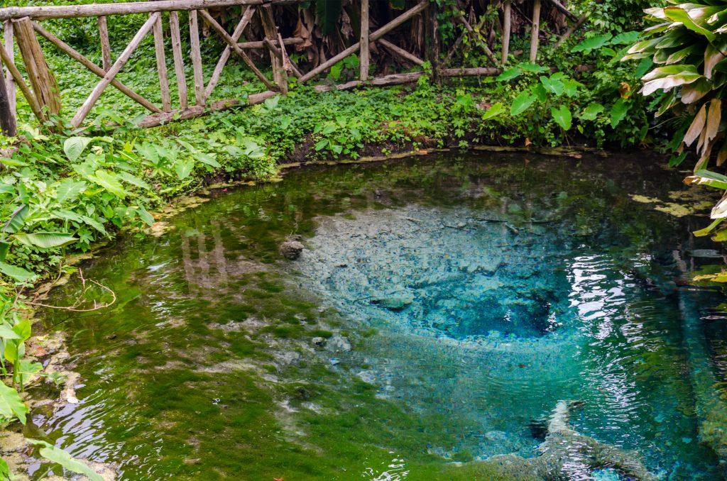 Nước gần ngôi đền nhỏ trong vắt. Ảnh: Blond travels