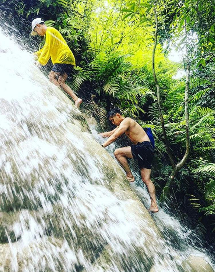 Phần lớn, mọi người đều đi bộ xuống chân thác và bắt đầu leo lên đỉnh. Ảnh: Instagram