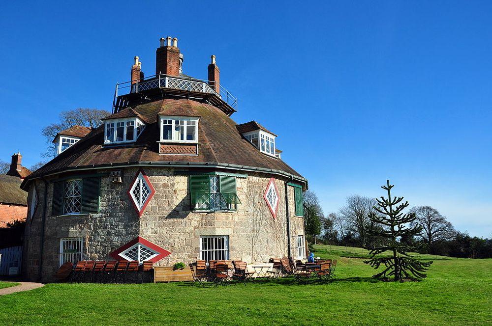 Cạnh ngôi nhà là vườn cây ăn quả, nơi có các gốc táo cổ thụ cùng cây mận và sơn trà. Đây là nơi du khách có thể ngồi dã ngoại, dùng bữa trưa ngoài trời khi tới A la Ronde tham quan. Ảnh: Wiki