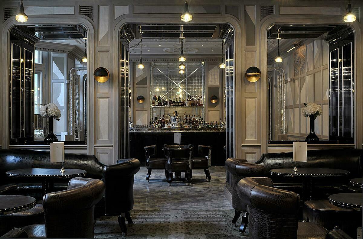 Không gian sang trọng với nội thất tông màu trầm trong quán bar tốt nhất thế giới.Connaught hiện đóng cửa vì đại dịch Covid-19, dự tính đón khách lại vào 2/12/2020, thời gian mở từ 16h - 22h từ thứ 2 - 5, cuối tuần mở từ 15h - 22h.
