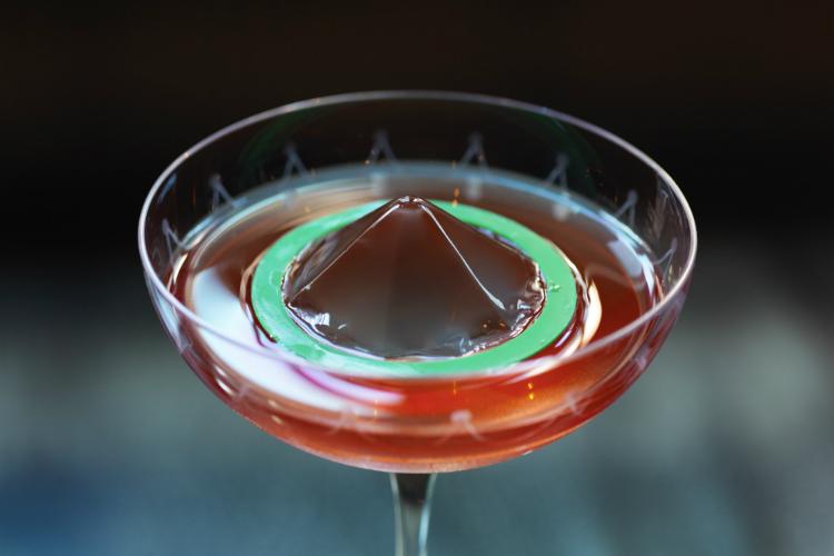 Thực đơn đồ uống tại quán bar này được đánh giá cao nhờ đa dạng món uống, đặc biệt là những loại cocktail pha chế theo phong cách kết hợp truyền thống và hiện đại. Nếu tới đây uống thực khách phải thử Bloody Mary, Vieux Connaught, Martini... vì chúng là những món từng đạt giải về pha chế.