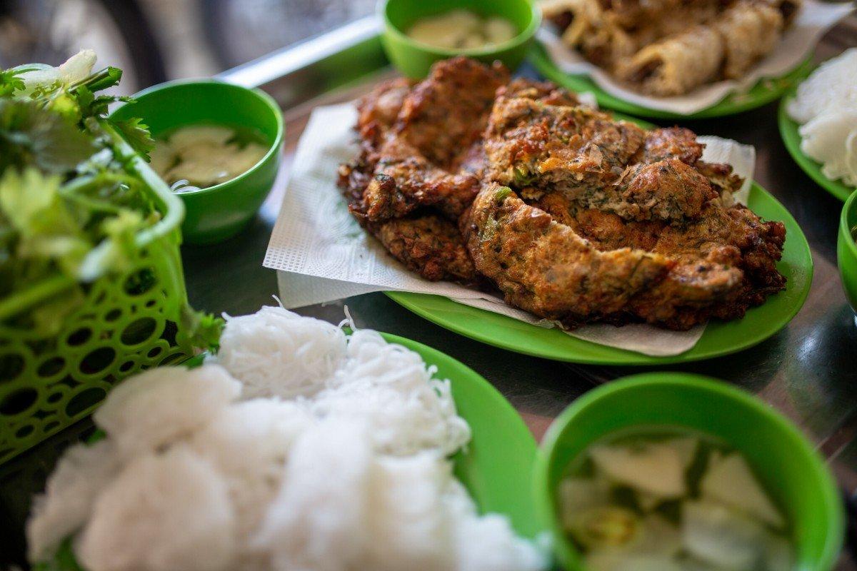 Nguyễn Thị Lan, một thực khách đã đi hơn 10km cùng bạn bè để lên phố cổ thưởng thức món ăn này. Ấn tượng của Lan là món ăn ngon và độc đáo. Nhóm 8 người của cô trả 700.000 đồng cho bữa ăn của 8 người. Ảnh: DPA