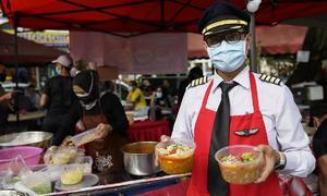 Thất nghiệp, phi công Malaysia đi bán mì