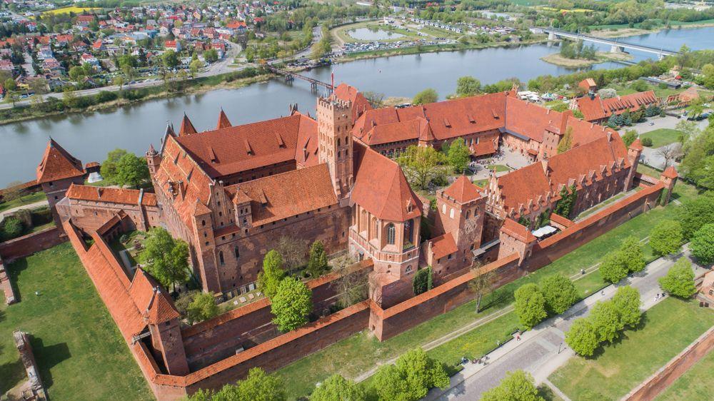 Trong một thế kỷ tiếp theo, Malbork được mở rộng, tôn tạo và củng cố cho đến khi nó trở thành lâu đài lớn nhất thế giới, tính theo diện tích đất. Nó cũng trở thành lâu đài gạch lớn nhất cho đến nay. Ảnh: Konrad kerker/Shutterstock
