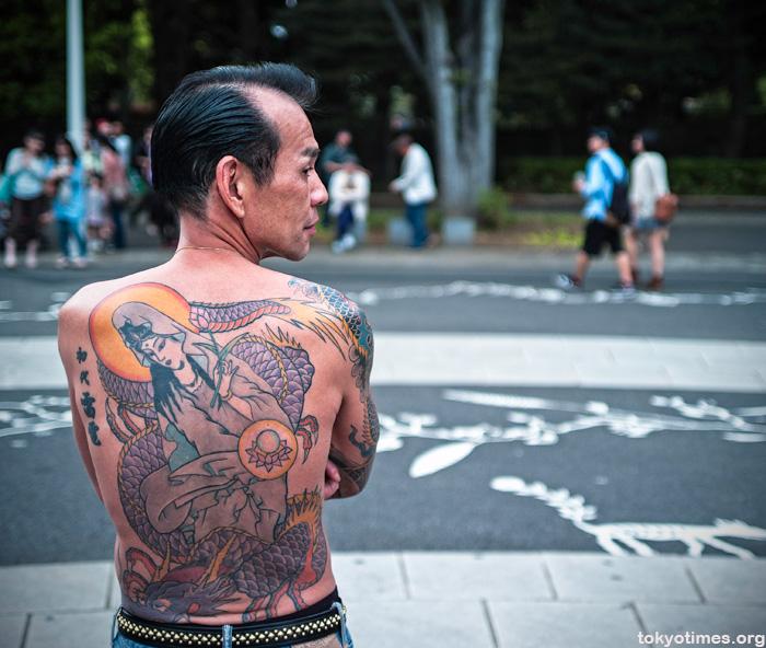 Theo truyền thống, những người có hình xăm như người đàn ông này sẽ không thể vào spa, bể bơi hay onsen tại Nhật Bản. Ảnh: Tokyo Times