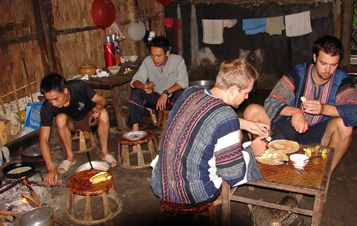 Khách du lịch nước ngoài lưu trú và sinh hoạt tại nhà dân. Ảnh: blogspot