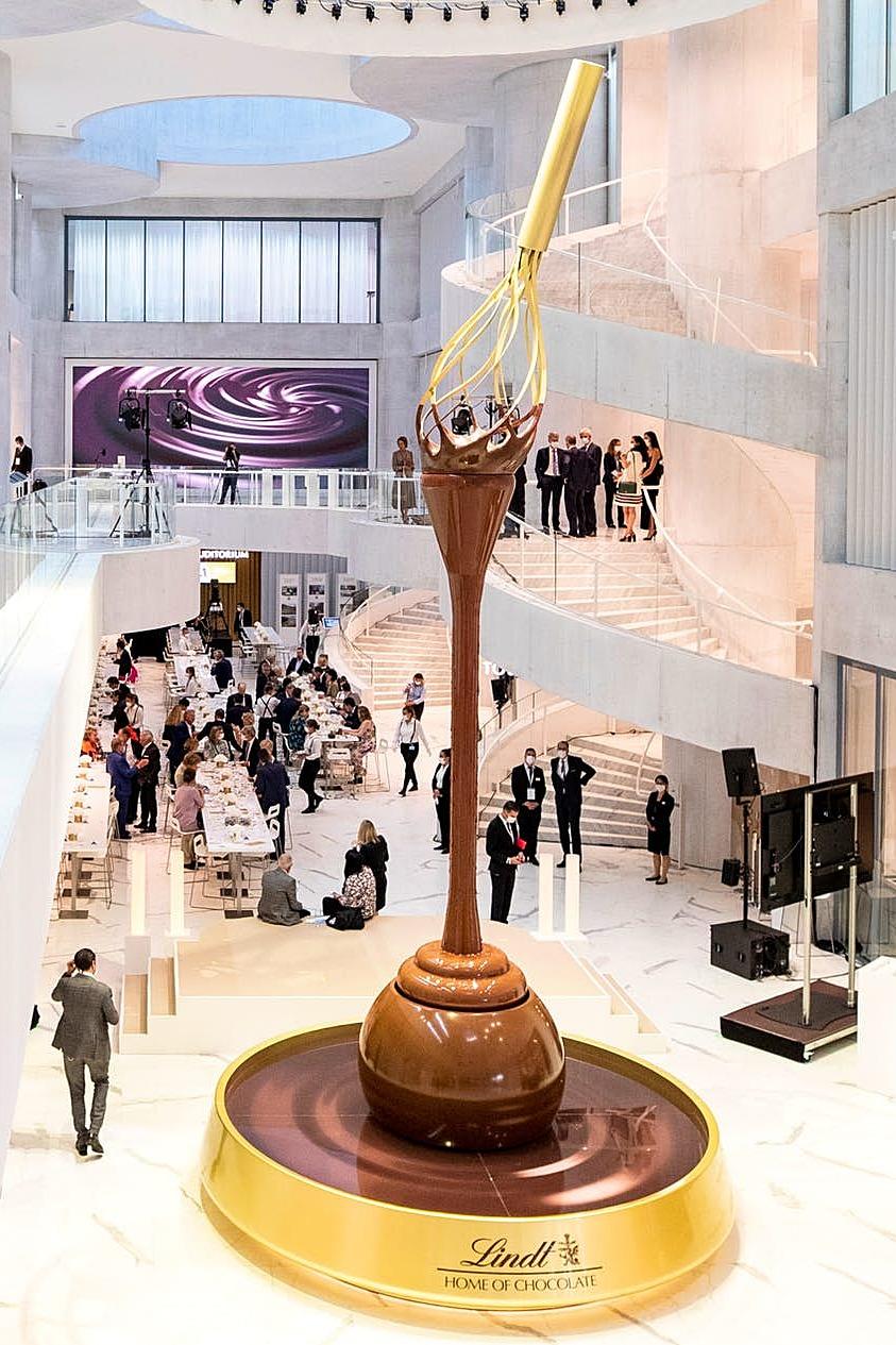 Đài phun cao hơn 9 m với dòng sôcôla chảy liên tục từ cây đánh trứng vàng xuống viên sôcôla truffle khổng lồ. Ảnh: Lindt Home of Chocolate