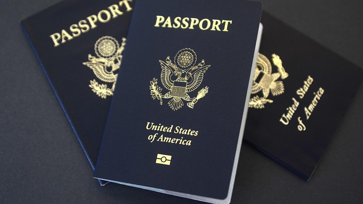 Một lợi thế của việc trở thành tổng thống Mỹ chính là ngay cả khi mãn nhiệm, họ vẫn có thể giữ tấm hộ chiếu ngoại giao của mình. Trên ảnh là hộ chiếu màu xanh lam của Mỹ. Ảnh: NPR