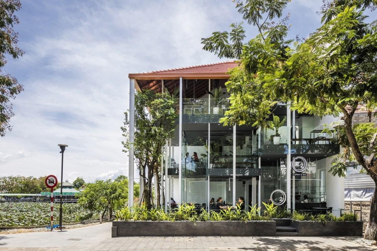 Quá cafe theo kiến trúc nhà rường nhìn từ phía ngoài. Ảnh: Hiroyuki Oki