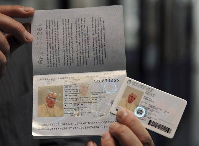 Hộ chiếu của đứng đầu Tòa thánh Vatican hiện nay - Giáo Hoàng Francis. Ảnh: AP