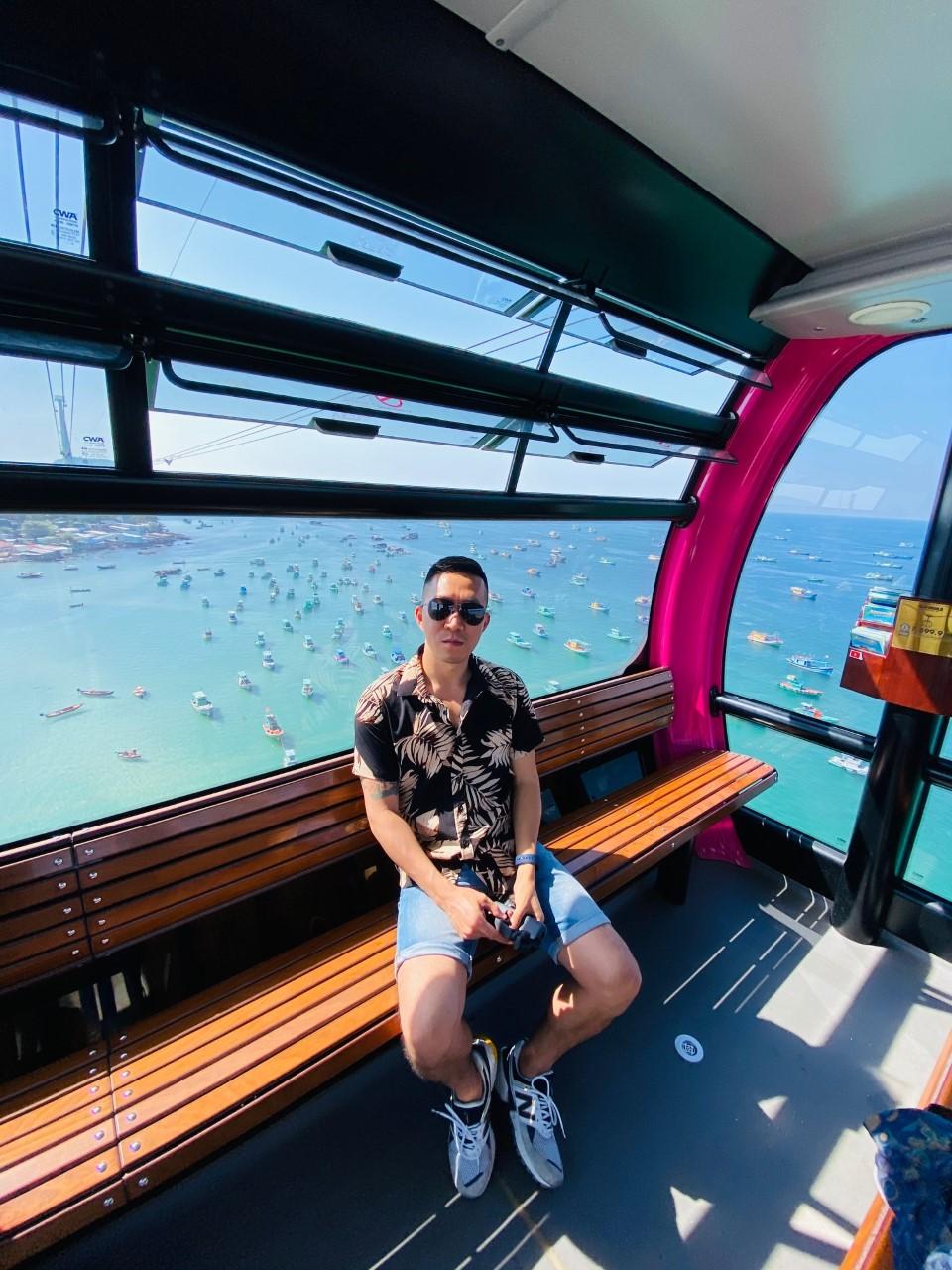 Hoàng Nam cho rằng điểm khác biệt nhất ở Phú Quốc là nơi có gần như mọi thứ trên một hòn đảo. Bạn có thể di chuyển dễ dàng để khám phá biển đảo, núi rừng, các khu chợ địa phương hay di tích lịch sử, văn hoá... Anh đánh giá  thời điểm cuối năm cực kỳ lý tưởng để du lịch Phú Quốc vì thời tiết đẹp, khách sạn và dịch vụ đang ở mức giá hợp lý, phù hợp nếu bạn đi với bạn bè hay gia đình. Bạn có thể kết hợp khám phá biển đảo, tìm các địa điểm checkin, tham gia các trò chơi nước hay đơn giản là nghỉ dưỡng, tận hưởng không khí trong lành và lưu lại những hình ảnh thật đẹp ở nơi đây. Ảnh: NVCC