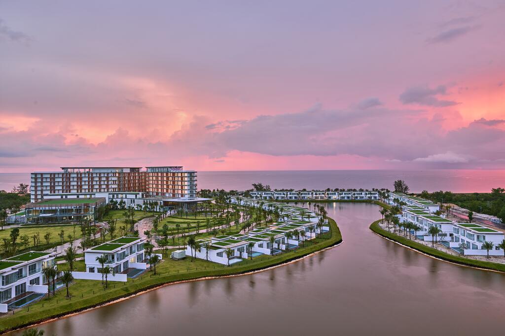Trong chuyến đi lần này, vlogger nghỉ tại Mövenpick Resort Waverly Phu Quoc, nằm trên bãi Ông Lang phía tây đảo ngọc. Resort 5 sao này có 329 căn hộ và 79 biệt thự nghỉ dưỡng. Ảnh: Twitter