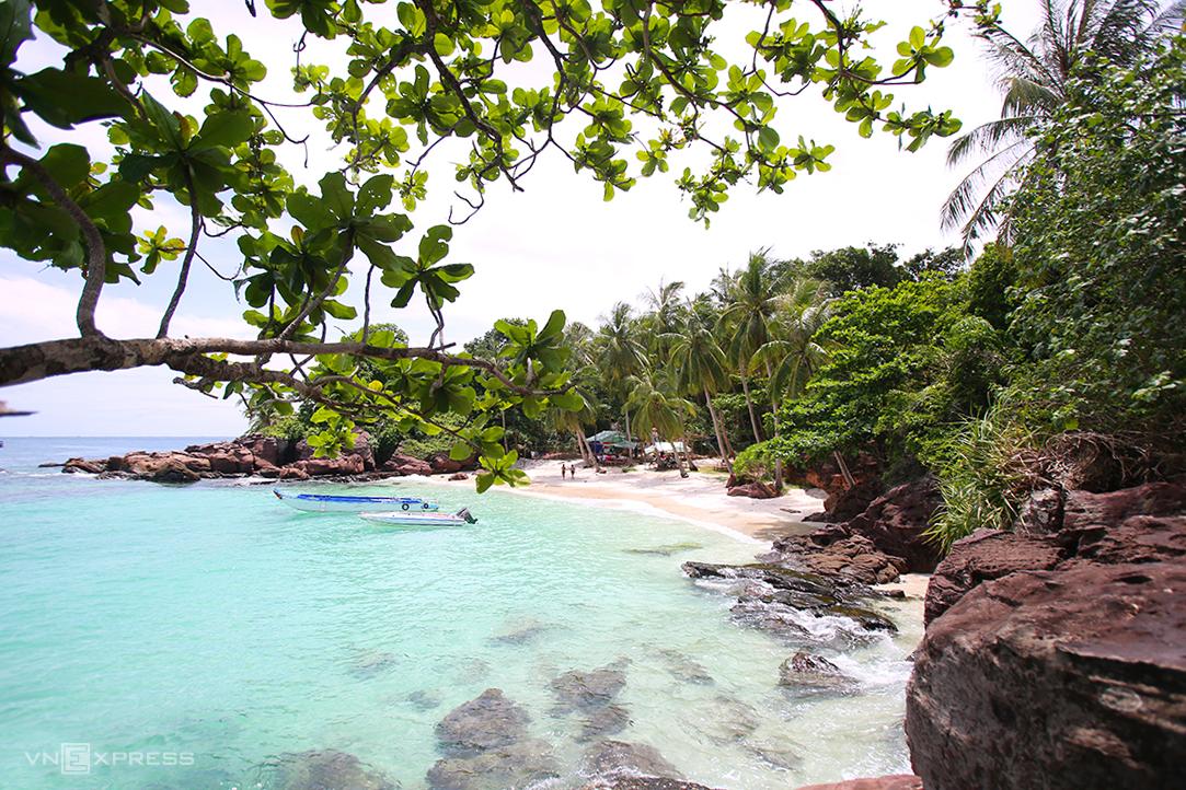 Theo lịch trình, Hoàng Nam khám phá 4 đảo phía nam Phú Quốc, gồm Mây Rút, Gầm Ghì, Móng Tay, Hòn Thơm. Trong đó hòn Móng Tay (ảnh) là một trong những điểm đến còn nguyên sơ chỉ cách bãi Sao 30 phút di chuyển bằng canô. Ảnh: Ngọc Thành