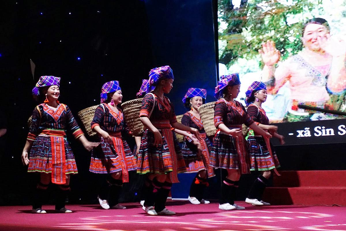 Các cô gái Mông bản Sin Suối Hồ (Lai Châu) diễn văn nghệ tại lễ vinh danh chiều 18/11.