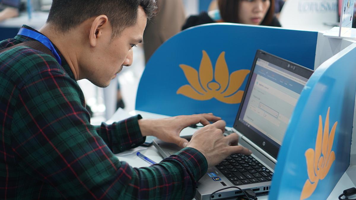 Tại hội chợ VITM 2020, Vietnam Airlines cũng giảm đến 40% cho tất cả các chặng bay nội địa khởi hành từ Hà Nội khi khách mua vé qua ứng dụng di động hoặc website. Ảnh: VNA