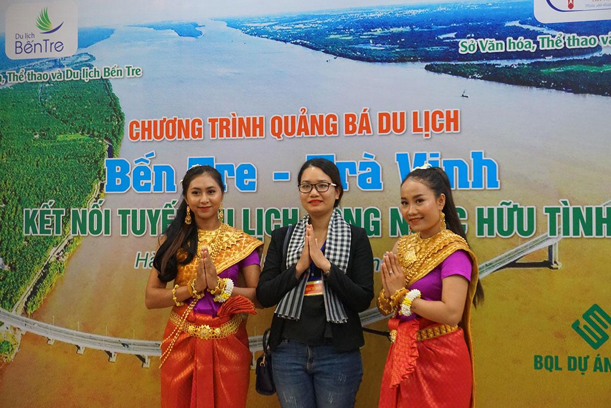 Đại biểu tham gia chương trình chụp ảnh cùng các nghệ nhân múa Khmer. Ảnh: Ngân Dương