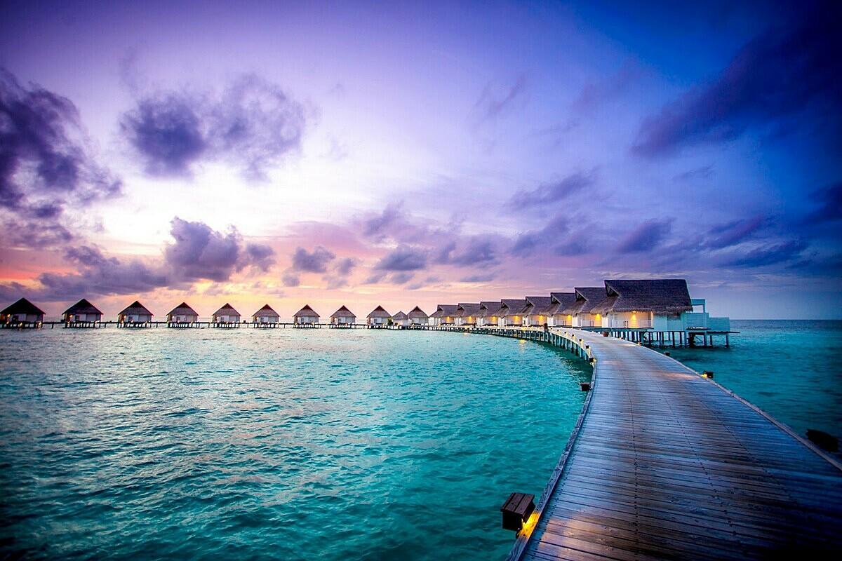 Đại dương xanh bao quanh những lối đi bằng gỗ và kiến trúc kiểu thuộc địa tại khách sạn Centara Grand Island Resort & Spa Maldives tại đảo Ari (Madilves).