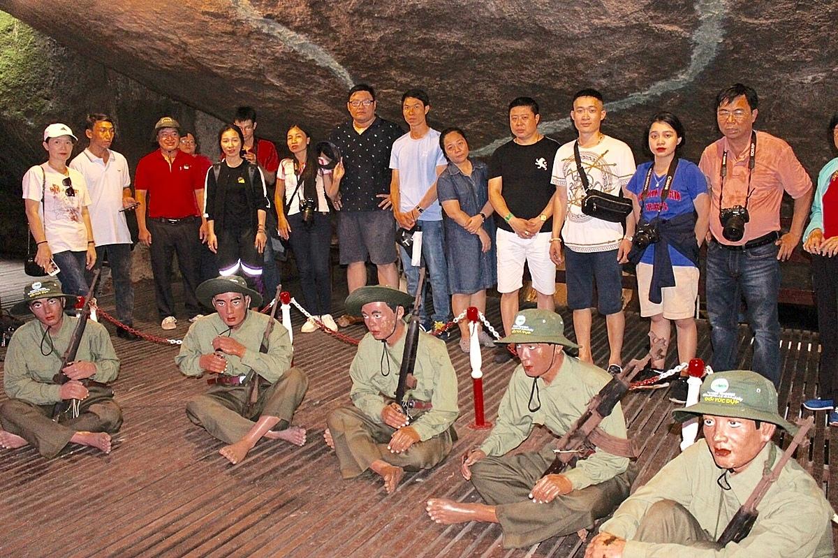 Một đoàn du khách tìm hiểu về lịch sử ở Tức Dụp dịp 30/4. Ảnh: Thủy Ngân.