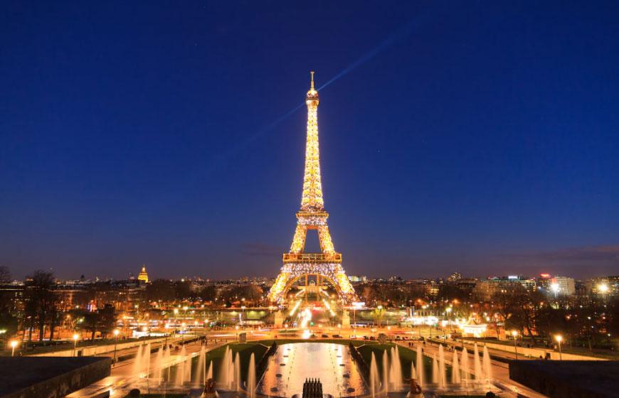 Tôi vẫn nhớ như in hồi mình 10 tuổi và tới Paris du lịch. Một du khách Mỹ uống rượu vào buổi trưa và đi thang máy lên tháp Eiffel. Cô ấy liên tục so sánh và nói thích mọi thứ ở Las Vegas hơn, một du khách kể lại về điều khiến mình khó chịu. Ảnh: iStock