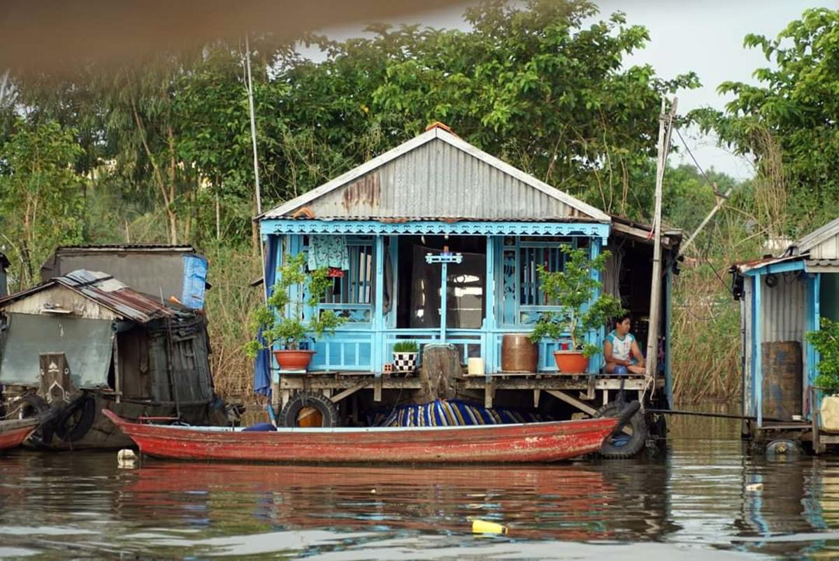 Những nhà nổi ở Châu Đốc thường được dựng từ gỗ, mái tôn, được làm nổi bằng các thùng phuy gắn ở đáy sàn, bên dưới sâu khoảng 5m được quây lưới để nuôi cá. Phương tiện đi lại chính của người dân là ghe, thuyền. Ảnh: NVCC