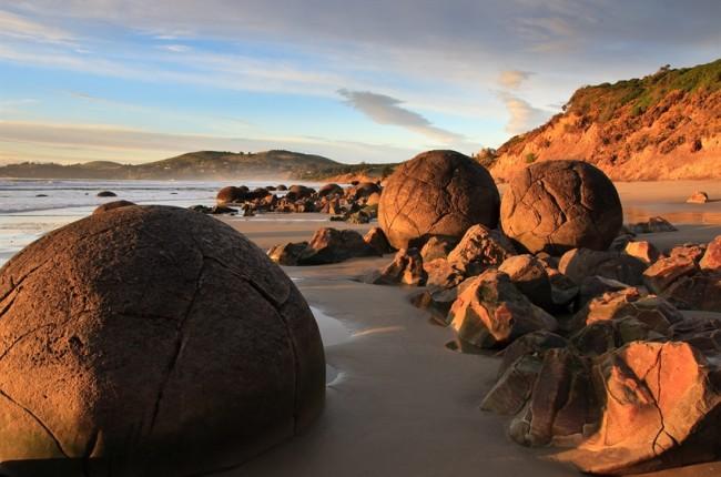 Để được tận mắt nhìn thấy những tảng đá Moeraki, du khách có thể khởi hành từ thị trấn Oamaru hoặc thành phố Dunedin. Các tảng đá Moeraki cách Oamaru khoảng 40 km (30 phút lái xe) về phía nam và cách Dunedin về phía bắc khoảng 75km (1 giờ đồng hồ lái xe) về phía bắc trên Quốc lộ 1.