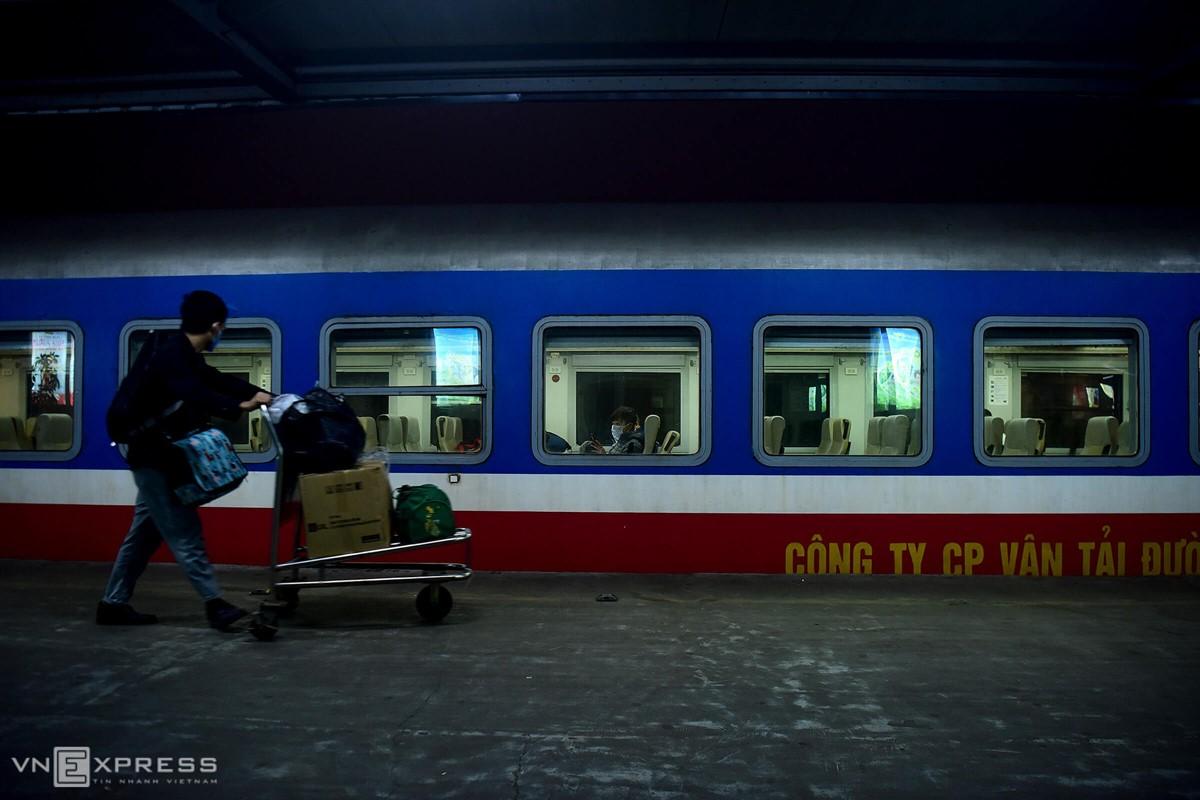 Công ty cổ phần Vận tải đường sắt Hà Nội triển khai chương trình khuyến mại giảm 50% giá vé cho 14.216 vé tàu trên các tuyến. Ảnh: Giang Huy