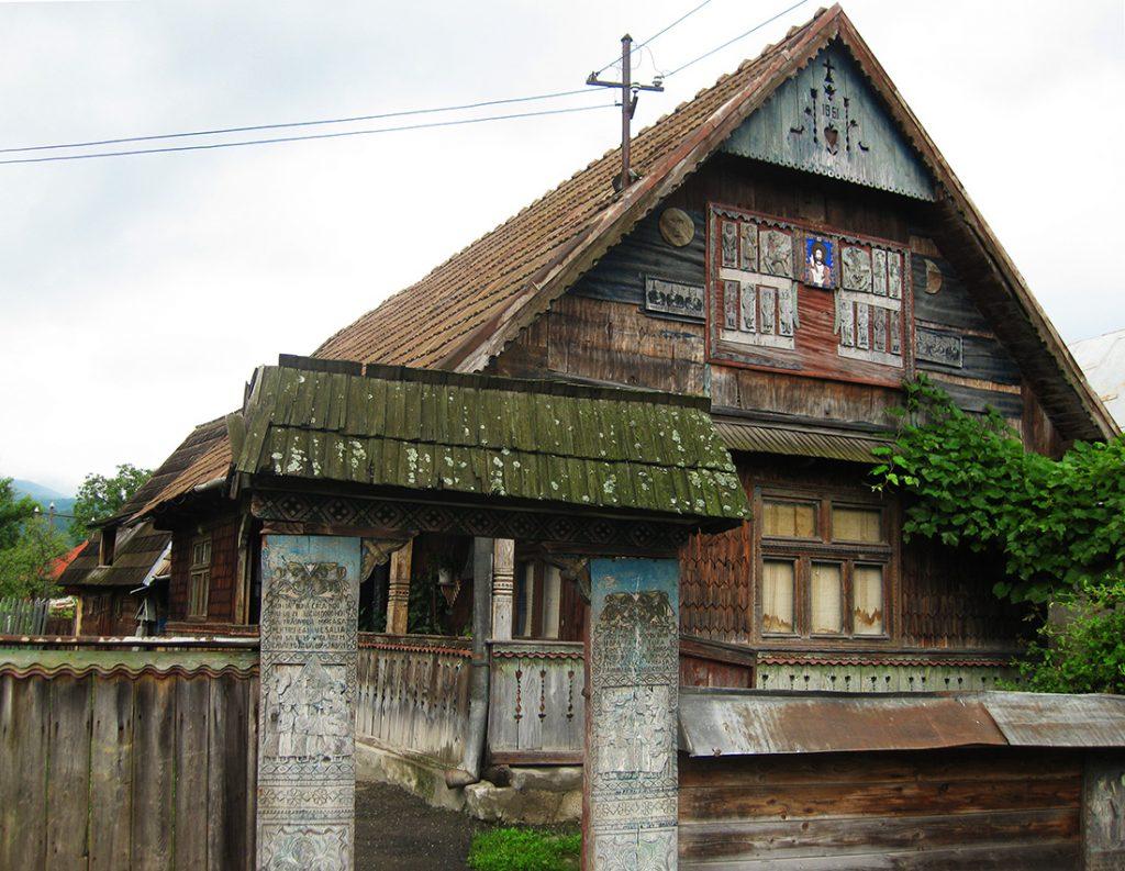 Ngoài đến thăm nghĩa trang, du khách cũng có thể ghé thăm một điểm tham quan khác là ngôi nhà nơi  Stan Ioan Patras từng sinh sống (ảnh). Cách đơn giản nhất để tới tham quan nghĩa trang là từ Sighetu Marmatiei (còn gọi là Sighet), thành phố lớn nhất ở vùng Maramures của Romania. Làng Sapanta chỉ cách Sighet hơn 20 km, và có dịch vụ xe bus, khởi hành từ ga xe lửa Sighet hai chuyến một ngày. Chuyến đi mất khoảng 25 phút. Ngoài ra, du khách có thể sử dụng dịch vụ đi chung xe (đây là điều người dân địa phương thường làm) để ghé thăm Sapanta. Ảnh:  Fear less female travels