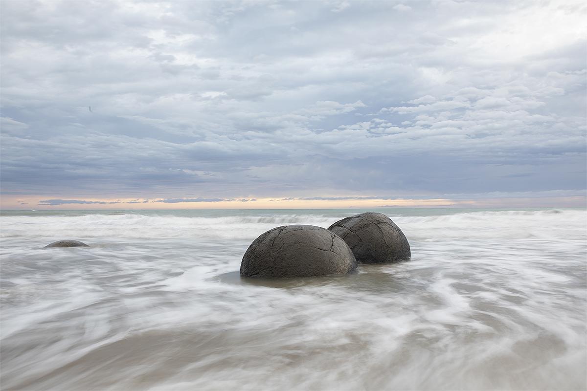 Các tảng đá Moeraki được nhìn thấy tại bãi biển Koekohe ở Moeraki, New Zealand vào ngày 21/11/2020. Chúng có nhiều vết nứt gọi là septaria và trông giống trứng khủng long từ thời cổ đại. Theo các nhà khoa học, sự hình thành của những tảng đá này bắt đầu từ khoảng 60 triệu năm trước. Ảnh: VCG