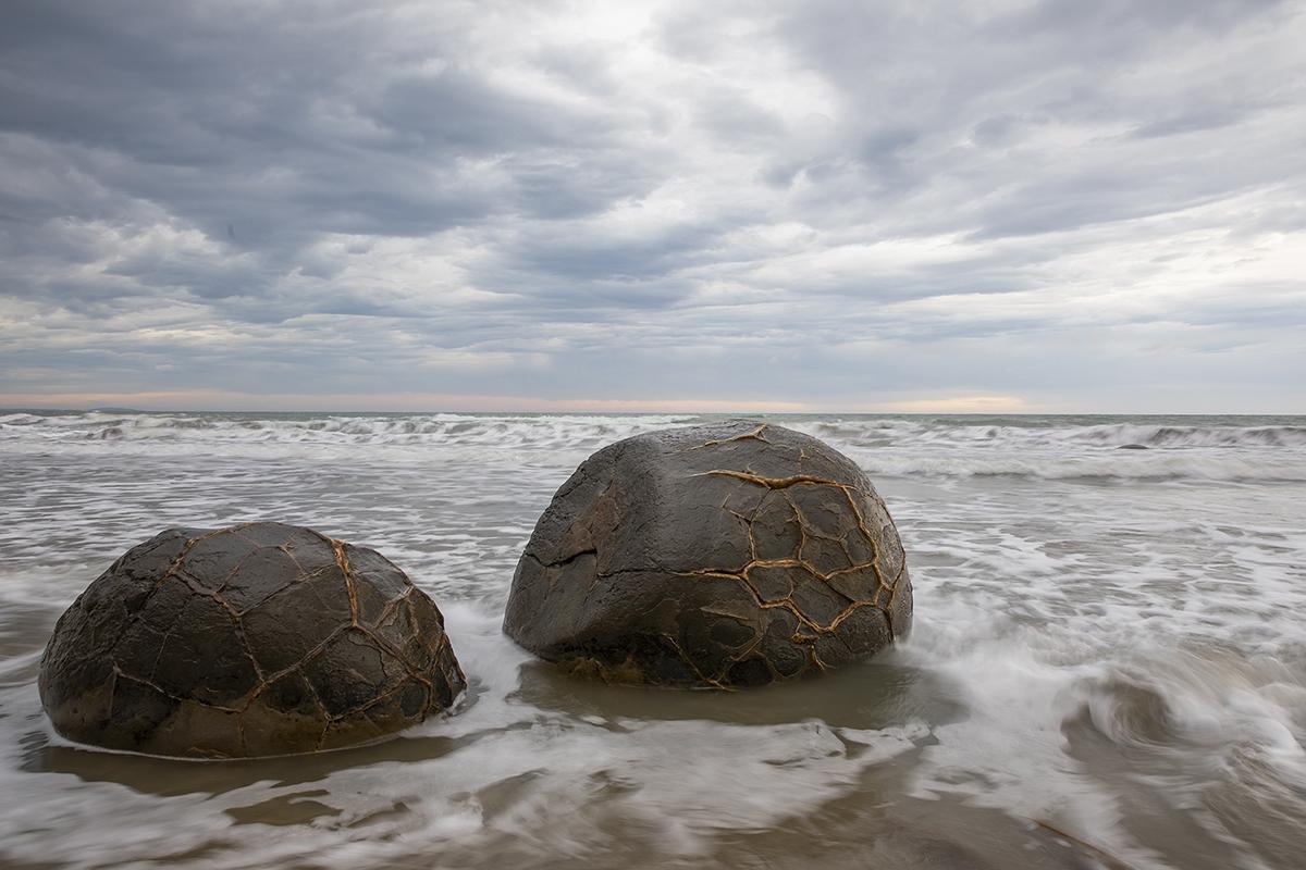 Theo truyền thuyết của người Maori, đây là những gì còn lại của một chiếc xuồng bị đắm có tên là Araiteuru. Sau khi Araiteuru gặp rắc rối tại Shag Point - còn được gọi là Matakaea - người ta nói rằng những con cá kình, khoai lang chiên và giỏ đánh cá đã bị trôi dạt vào bờ biển và theo thời gian, chúng trở thành những tảng đá lớn mà bạn thấy ngày nay. Ảnh: VCG