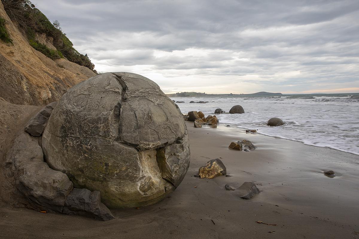 Người ta cho rằng phải mất 4 triệu năm để những tảng đá Moeraki đạt được kích thước như bây giờ. Ảnh: VCG